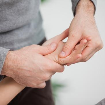 chiropractor-safe-hands-hand-treatment